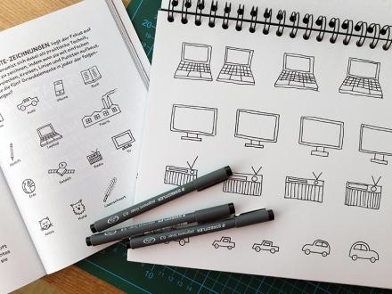 Sketchnote-Übungszettel und eine Seite aus dem Sketchnote-Handbuch von Mike Rohde als Vorlage, Zeichnung und Foto: Janne Klöpper