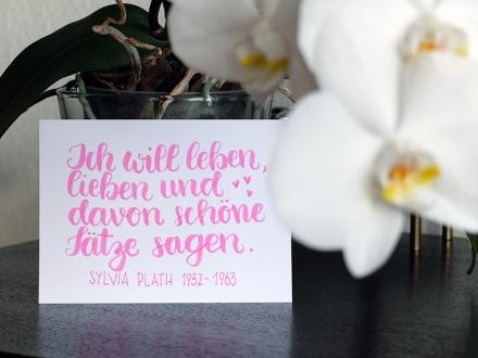 Ich will leben, lieben und davon schöne Sätze sagen. Zitat der amerikanischen Lyrikerin Sylvia Plath. Lettering und Foto: Janne Klöpper