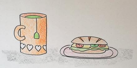 Ein Becher mit grünem Tee und ein Brötchen mit Käse, Salat, Tomate und Gurke. Zeichnung und Foto: Janne Klöpper