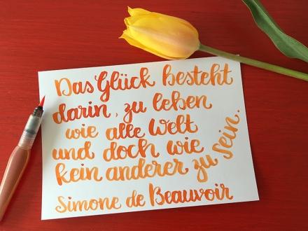 Das Glück besteht darin, zu leben wie alle Welt und doch wie kein anderer zu sein. Simone de Beauvoir. Lettering und Foto: Janne Klöpper