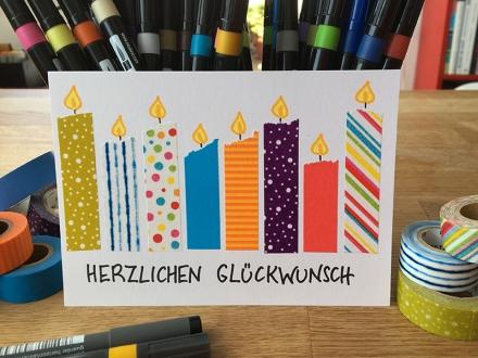 Gebastelte Geburtstagskarte mit Kerzen aus farbigem Klebeband und gezeichneten Flammen. Herstellung und Foto: Janne Klöpper