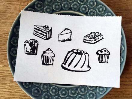 Verschiedene Kuchenstücke, ein Cupcake, ein Muffin und ein Guglhupf. Zeichnung: Peter König. Foto: Janne Klöpper