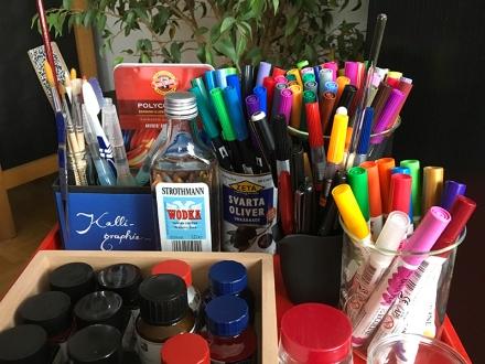 Sammlung von Tinten, Pinseln und Stiften. Foto: Janne Klöpper