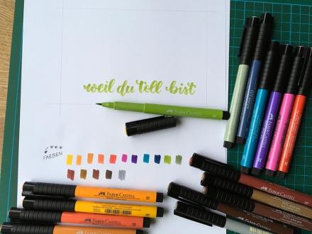 """Lettering """"weil du toll bist"""" und verschiedene farbige Pinselstifte. Lettering und Foto: Janne Klöpper"""