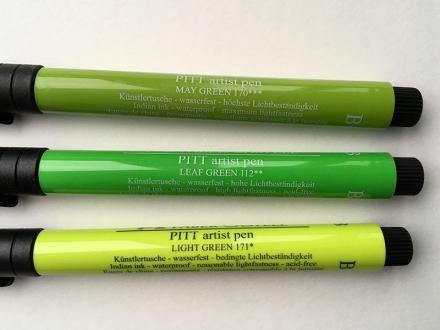 Drei grüne Pinselstifte von Faber-Castell mit Tusche in unterschiedlicher Lichtbeständigkeit. Foto: Janne Klöpper