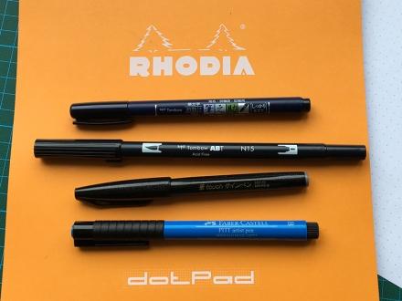 Vier Pinselstifte auf einem Block von Rhodia. Foto: Janne Klöpper