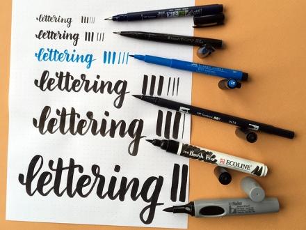 Das Wort lettering mit sechs Pinselstiften in unterschiedlichen Größen geschrieben. Lettering und Foto: Janne Klöpper