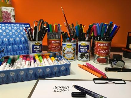 Konservendosen und Keksdose als Aufbewahrung für Stifte. Foto: Janne Klöpper
