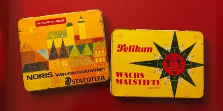 Zwei alte Blechschachteln für Wachsmalstifte von Staedler und Pelikan. Foto: Janne Klöpper
