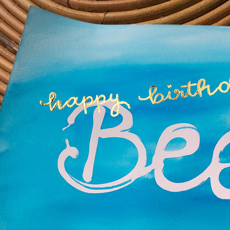 Aquarell mit Lettering-Schriftzug happy birthday. Lettering und Foto: Janne Klöpper