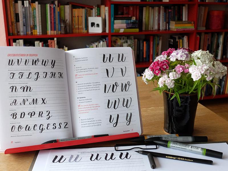 Chris Campe, Praxisbuch Brush Lettering, Seite 71 und 72. mitp-Verlag 2018. Foto: Janne Klöpper