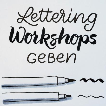 Schriftbild Lettering-Workshops geben und zwei gezeichnete Stifte. Zeichnung und Foto: Janne Klöpper