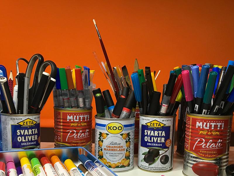 Verschiedene bunte Pinselstifte für Brush Lettering stehen aufrecht in Dosen. Foto: Janne Klöpper