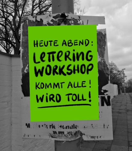 Ankündigung für einen Lettering-Workshop an einem Laternenpfahl. Foto, Lettering und Fotomontage: Janne Klöpper